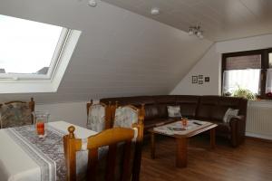 Ein freundliches Wohnzimmer mit Eckcouch, Esstisch mit 6 Stühlen, Wohnzimmerschrank mit Büchern und Spielen für Groß und Klein, Sat-TV, Radio mit CD und freies W-Lan.